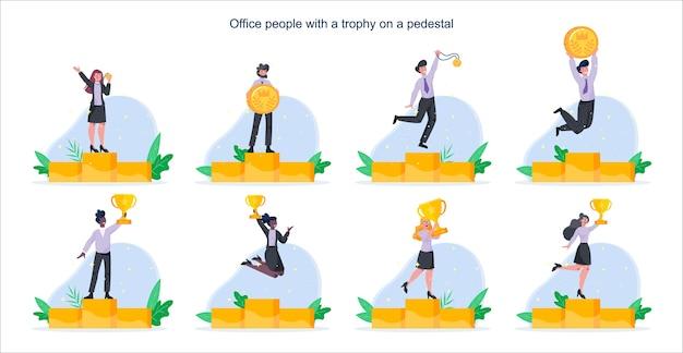 Szczęśliwi ludzie biznesu stojący na cokole zwycięzcy ze złotymi