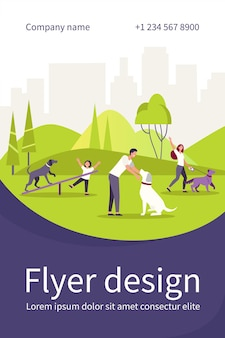 Szczęśliwi ludzie chodzą z psami w parku miejskim na białym tle płaski szablon ulotki