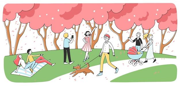 Szczęśliwi ludzie chodzić na zewnątrz w parku miejskim