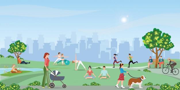 Szczęśliwi ludzie cieszy się przy parkiem.