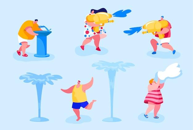 Szczęśliwi ludzie kąpią się i bawią się wodą w gorące letnie dni