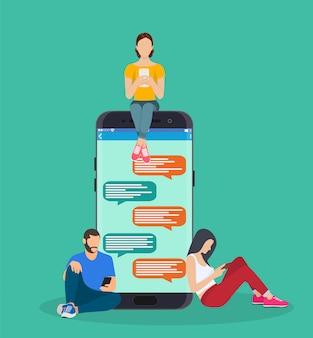 Szczęśliwi ludzie używają mobilnego smartfona