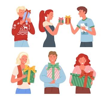 Szczęśliwi ludzie z kolekcji prezentów świątecznych. prezenty noworoczne, przyjaciele z pudełkami na prezenty.