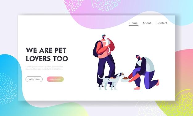 Szczęśliwi ludzie z kotami i psami, karmieniem i zabawą. postacie męskie spędzają czas ze zwierzętami domowymi, opiekując się nimi. przyjaźń, styl życia, wypoczynek z przyjaciółmi zwierząt domowych kreskówka płaski wektor ilustracja