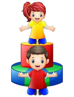 Szczęśliwi małe dzieci bawić się z barwionymi drewnianymi zabawkami odizolowywać