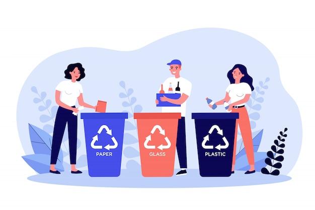 Szczęśliwi mężczyźni i kobiety sortujące śmieci