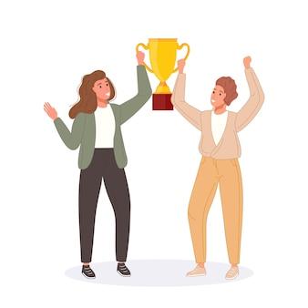 Szczęśliwi mistrzowie konkursu trzymający złoty puchar zwycięzcy sukcesu nagrodzeni trofeum