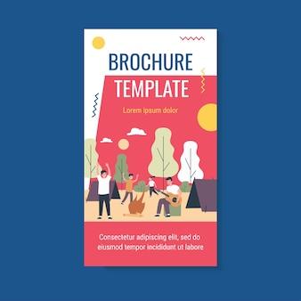 Szczęśliwi młodzi ludzie korzystający z szablonu broszury kempingowej