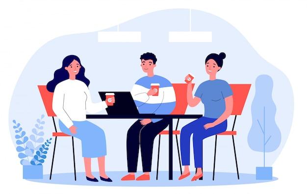 Szczęśliwi młodzi ludzie pije kawę wpólnie przy lunchem