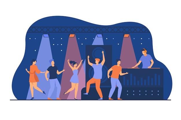 Szczęśliwi młodzi ludzie tańczą w klubie na białym tle płaski wektor ilustracja. postaci z kreskówek korzystających z tańca na nocnej dyskotece. koncepcja wydajności i rozrywki na scenie dj
