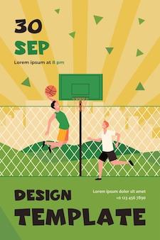 Szczęśliwi młodzi mężczyźni grający w koszykówkę na korcie. dwóch graczy zespołu trenuje przy ogrodzeniu i rzuca piłkę do kosza. szablon ulotki