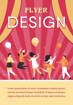 Szczęśliwi podekscytowani ludzie tańczą na płaskiej imprezie szablon ulotki. wesoła grupa przyjaciół, wspólna zabawa. koncepcja rozrywki i uroczystości.