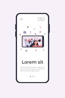 Szczęśliwi przyjaciele biorąc selfie na smartfonie podczas imprezy. zabawa, telefon komórkowy, ilustracja wektorowa płaskie wakacje. koncepcja przyjaźni i świętowania dla banera, projektu strony internetowej lub strony docelowej