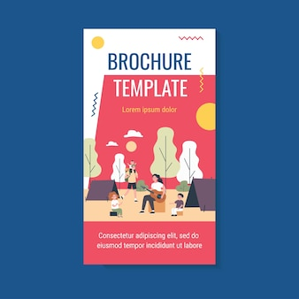Szczęśliwi rodzice i dzieci korzystających z szablonu broszury kempingowej