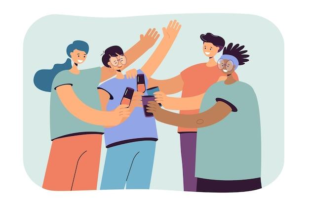 Szczęśliwi różnorodni przyjaciele spędzający razem czas