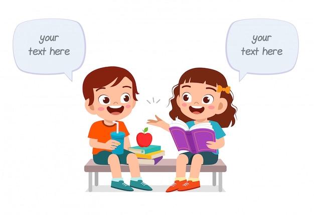 Szczęśliwi śliczni dzieciaki chłopiec i dziewczyna jedzą wpólnie