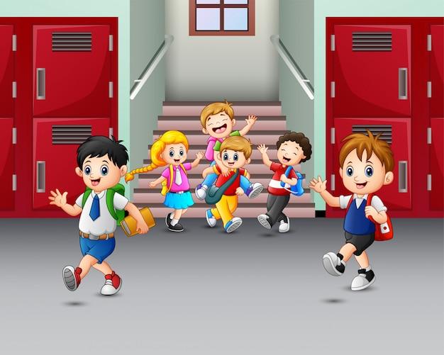 Szczęśliwi uczniowie grający w szkole