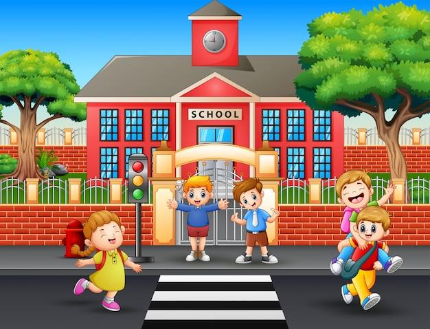 Szczęśliwi uczniowie wracają do domu po szkole