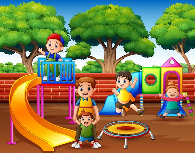 Szczęśliwi z podnieceniem dzieciaki ma zabawę wpólnie na boisku