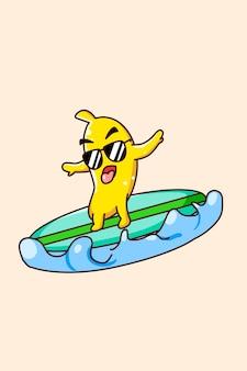 Szczęśliwy banan surfujący w morzu w letniej ilustracji kreskówki