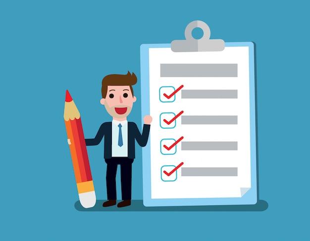 Szczęśliwy biznesmen trzyma ołówek patrzeje uzupełniającą listę kontrolną w schowku