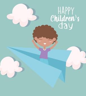 Szczęśliwy children dzień, chłopiec bawić się na papierowym samolotu nieba kreskówce