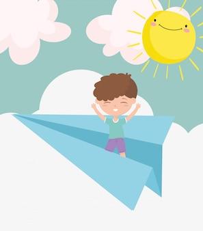Szczęśliwy children dzień, chłopiec bawić się na papierowym samolotu nieba słońca kreskówce