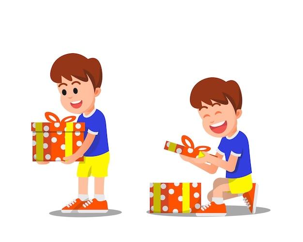 Szczęśliwy chłopak dostaje prezent i otwiera go z podnieceniem
