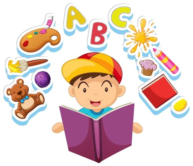 Szczęśliwy chłopiec czytający bajkę sam