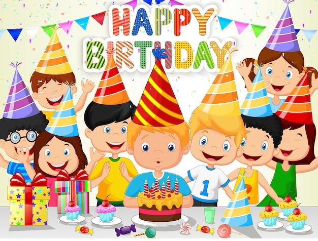 Szczęśliwy chłopiec dmuchanie świeczki urodzinowe z przyjaciółmi