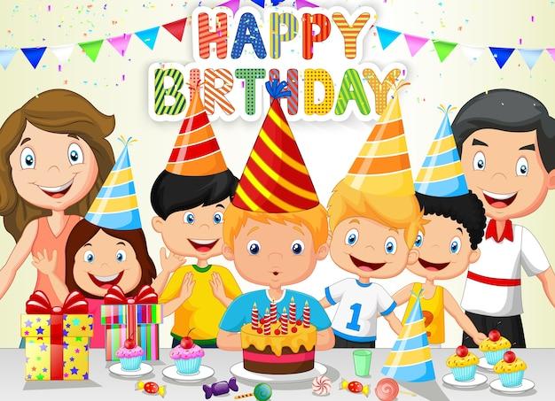 Szczęśliwy chłopiec dmuchanie świeczki urodzinowe