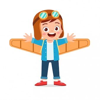 Szczęśliwy chłopiec dziecko grać samolot zabawka karton
