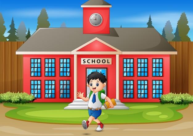 Szczęśliwy chłopiec idzie do domu po szkole