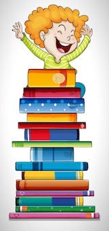 Szczęśliwy chłopiec stojący na stosie książek