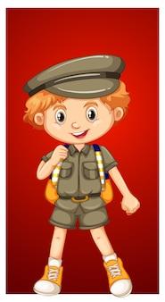 Szczęśliwy chłopiec w stroju safari