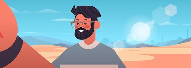 Szczęśliwy człowiek biorąc selfie na smartfonie aparat facet robi własne zdjęcie pustynia krajobraz tło poziome portret ilustracji wektorowych