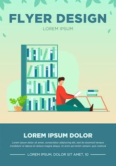 Szczęśliwy człowiek czytanie książki w domowej bibliotece. relaks, stół, ilustracja wektorowa płaska półka. koncepcja hobby i rozrywki na baner, projekt strony internetowej lub stronę docelową