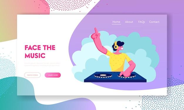 Szczęśliwy dj męski postać gra i miksowanie muzyki w klubie nocnym disco lub imprezie na plaży. strona docelowa witryny internetowej dotyczącej zabawy, młodzieży, rozrywki i festynu