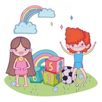 Szczęśliwy dzień dziecka, chłopiec i dziewczynka z numerami bloków parku piłkę