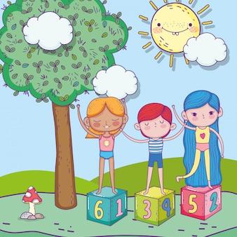 Szczęśliwy dzień dziecka, chłopiec i dziewczynki w parku bloków