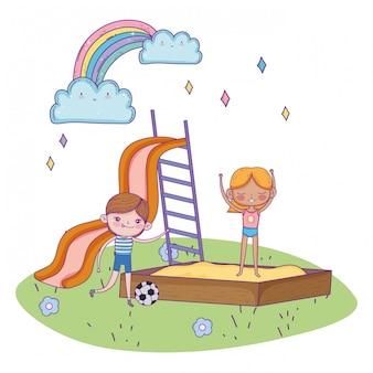 Szczęśliwy dzień dziecka, chłopiec z piłką nożną i dziewczyna w piaskownicy placu zabaw