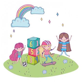 Szczęśliwy dzień dziecka, dziewczyny jeżdżące na deskorolce z piłką nożną i bloki w parku
