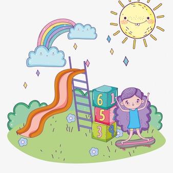 Szczęśliwy dzień dziecka, mała dziewczynka ze zjeżdżalnią i park