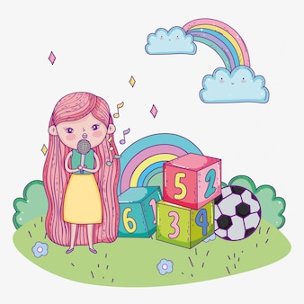Szczęśliwy dzień dziecka, śliczna dziewczyna śpiewa z mikrofonowym blokiem piłki