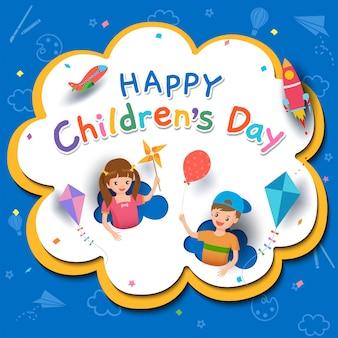 Szczęśliwy dzień dziecka z chłopcem i dziewczynką grającą zabawki