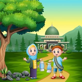 Szczęśliwy eid mubarak z para muzułmaninem trzyma lampion