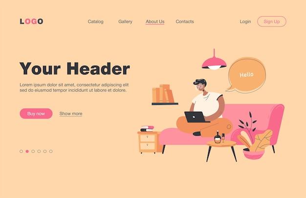 Szczęśliwy facet siedzi na kanapie i pracuje z domu na płaskiej stronie docelowej. cartoon biznesmen rozmawia z kolegami online za pośrednictwem komputera przenośnego. koncepcja pracy na odległość i na odległość