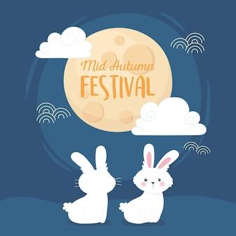 Szczęśliwy festiwal w połowie jesieni, słodkie białe króliczki pełnia księżyca chmury niebieskie tło