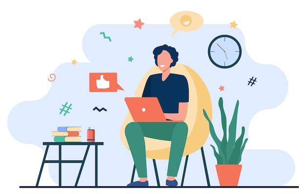 Szczęśliwy freelancer z komputerem w domu. młody mężczyzna siedzi w fotelu i za pomocą laptopa, rozmawiając online i uśmiechnięty. ilustracja wektorowa do pracy na odległość, nauki online, freelancer