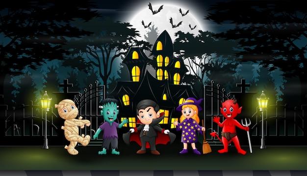 Szczęśliwy halloween świętuje przed domem